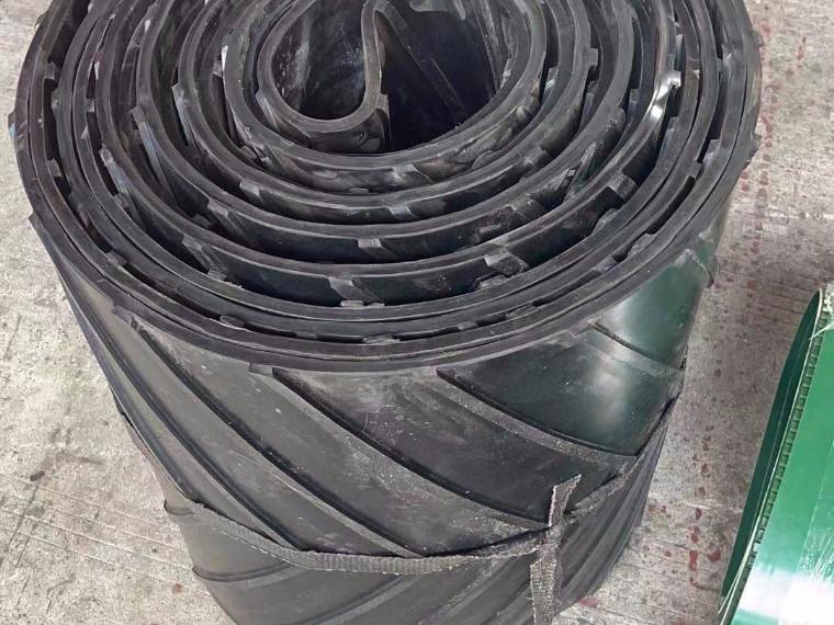 黑色淤泥输送带 凸人字污泥输送带生产厂家--金泰输送